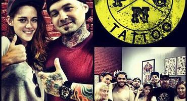 """Kristen Stewart mit dem Team des """"Pride & Glory Tattoo Parlor"""""""