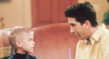 "In ""Friends"" spielte Cole Sprouse David Schwimmers Sohn."