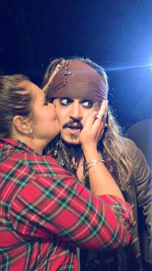 """Johnny Depp ließ sich von seinem Fan Whitney Aldridge am Set zu """"Fluch der Karibik 5"""" küssen."""