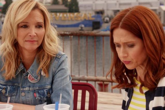 "Lisa Kudrow und Ellie Kemper in ""Unbreakable Kimmy Schmidt"""