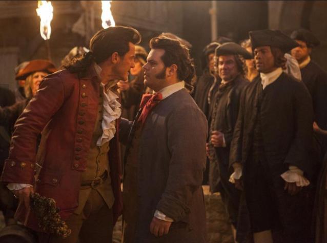 Lefou (Josh Gad) und Gaston (Luke Evans) im Streit
