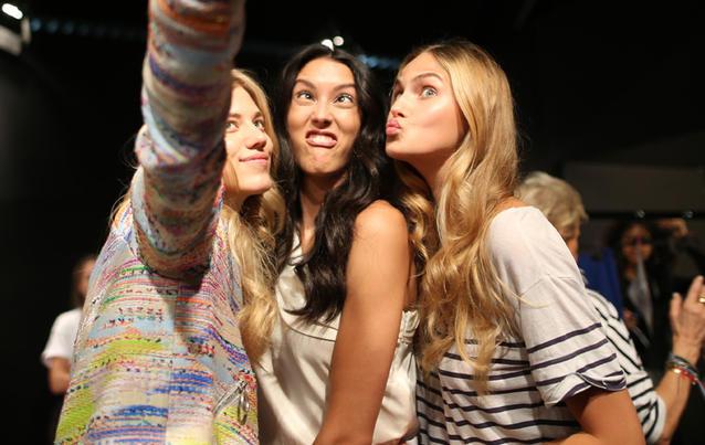Larissa Marolt, Rebecca Mir und Elena Carrière auf der Berlin Fashion Week