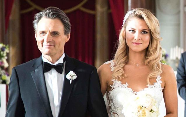 GZSZ: Jo Gerner (Wolfgang Bahro) führt Sunny (Valentina Pahde) an der Hochzeit zum Altar. Foto: RTL / Benjamin Kampehl