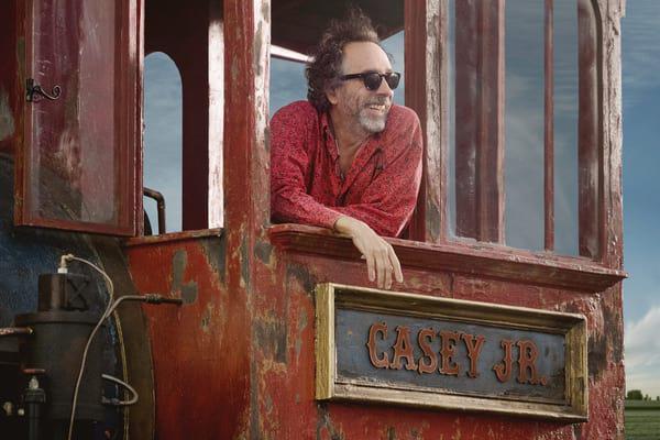 Tim Burton in Disney's Dumbo-Zug. Foto: Disney