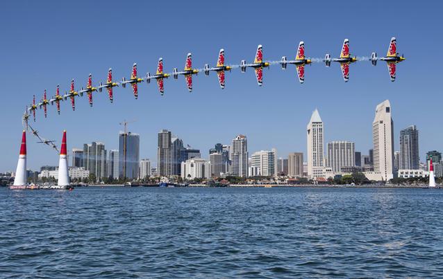 """Wunderschöne Bilder gab es vom """"Red Bull Air Race"""" in San Diego. Foto: Predrag Vuckovic / Red Bull"""