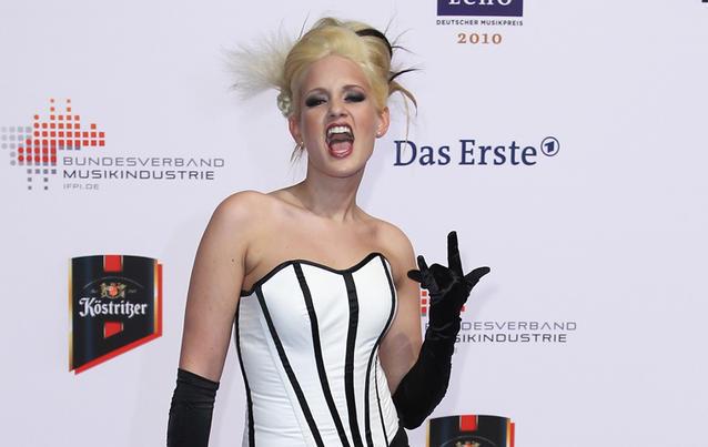 Sarah Knappik versuchte sich mit verrückten Outfits zurück ins Rampenlicht zu kämpfen