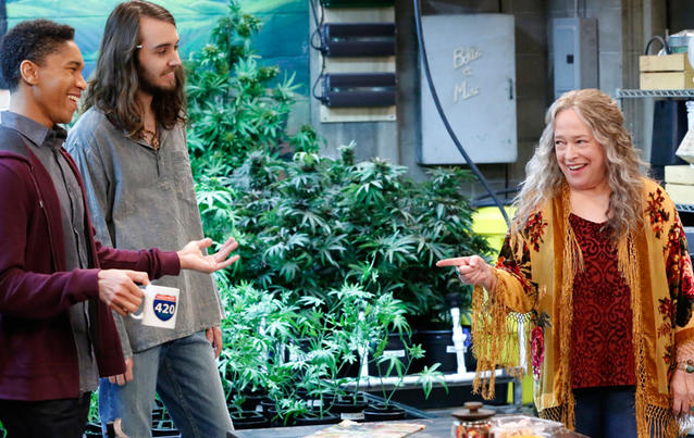 Kathy Bates in der Netflix-Serie Disjointed