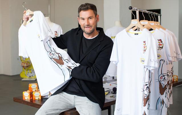 Michael Michalsky mit den limitierten Shirts.