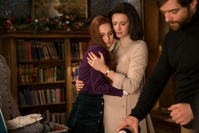 Outlander, Staffel 3: Brianna Randall (Sophie Skelton), Claire Randall (Caitriona Balfe, M.) und Roger Wakefield (Richard Rankin)