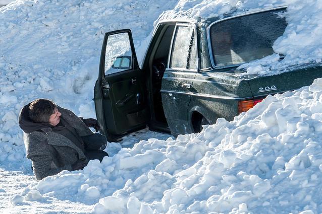 Der Bergdoktor - Höhenangst: Auf dem Weg ins Krankenhaus rollt unbemerkt eine Schneelawine auf Dr. Martin Gruber (Hans Sigl) und Lisa Koch (Henriette Richter-Röhl), die noch im Auto sitzt, zu.