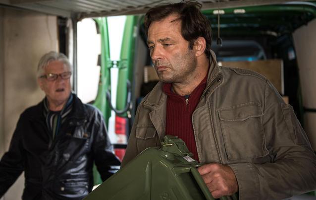 Andy (Jo Bolling, l) ist baff: Bereitet Roland (Axel Holst) sich auf den Weltuntergang vor?