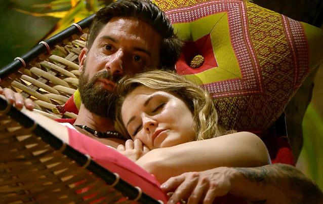 """Sebastian und Viola landen bei """"Bachelor in Paradise"""" in der Hängematte."""