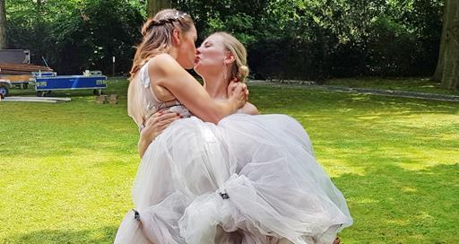 AWZ-Jenny küsst Isabelle