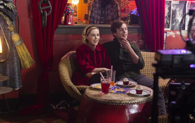 Chilling Adventures of Sabrina: Kiernan Shipka alias Sabrina Spellman und Ross Lynch als Harvey
