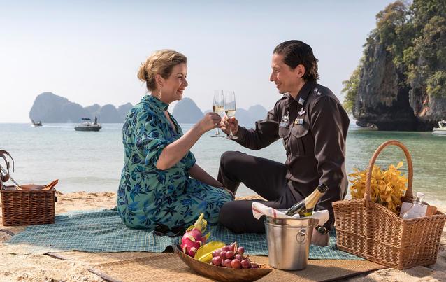 In aller Freundschaft - Zwei Herzen: Sarah und der thailändische Polizeipräsident Adirak Bunriag
