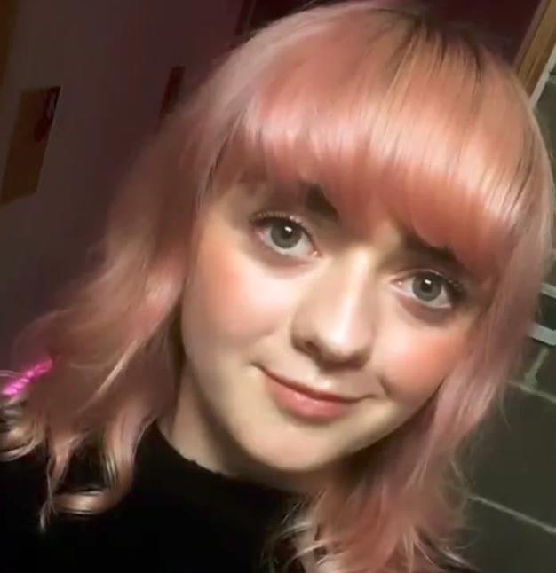 Maisie Williams trägt jetzt pinke Haare