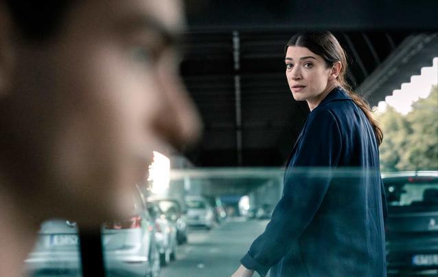Der Auftrag; Sarah Brandt (Anna Bederke, re.) soll den Zeugen Miki Witt (Aaron Hilmer) beschützen