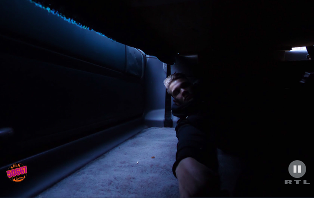 Köln 50667; Sebastian versteckt sich im Kofferraum