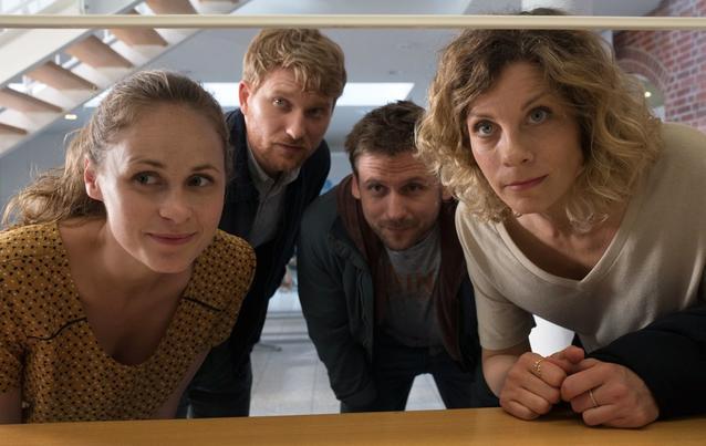 Bonusfamilie - von links: Lisa (Inez Bjørg David), Patrick (Lucas Prisor), Martin (Steve Windolf) und Katja (Anna Schäfer