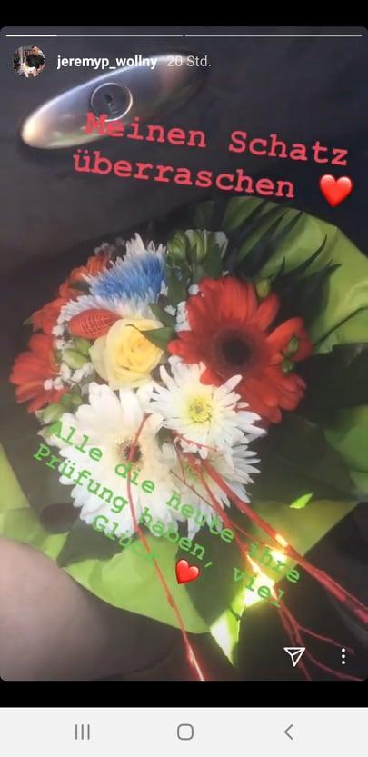 Jeremy Pascal Wollny überrascht seine neue Freundin mit Blumen