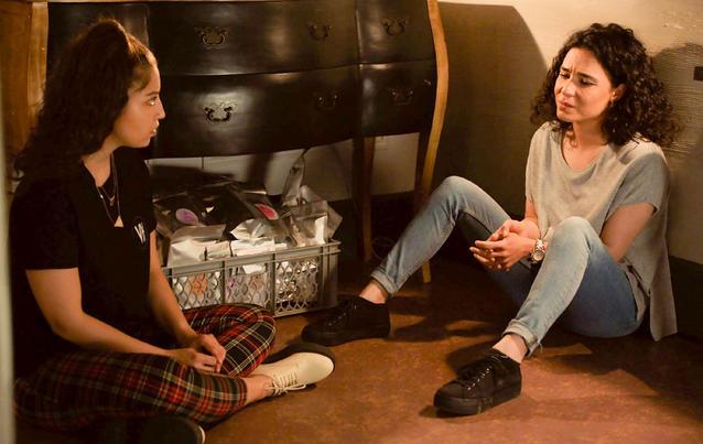 Leyla (Livia Gaiser, links), erfährt von Shirin (Gamze Senol) die Wahrheit.