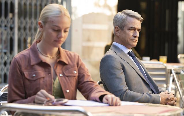 """Áine Rose Daly alias Sandy und Dermot Mulroney alias Charmichael in """"Hanna"""", Staffel 2"""