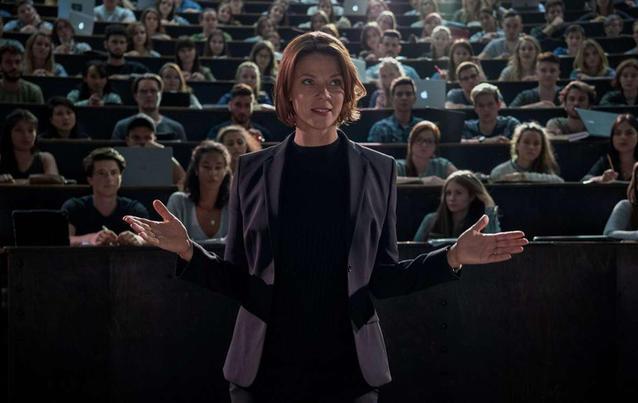"""Jessica Schwarz spielt in """"Biohackers"""" die größenwahnsinnige Biochemikern Professor Lorenz"""