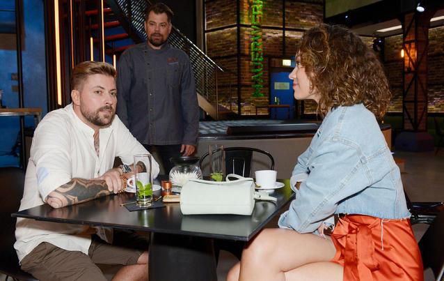 John (Felix von Jascheroff) steht auf Claudia Diaz (Viktoria Ngotse)