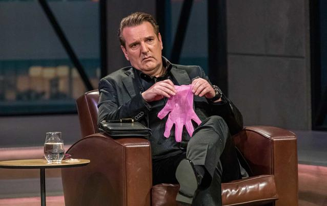 """Ralf Dümmel ist begeistert von den """"Pinky Gloves"""""""