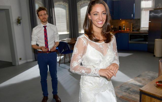 Felix (Thaddäus Meilinger) sieht Nazan (Vildan Cirpan) in ihrem Brautkleid. Ein schlechtes Omen?