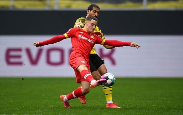 Florian Wirtz von Bayer 04 Leverkusen und Emre Can von Borussia Dortmund