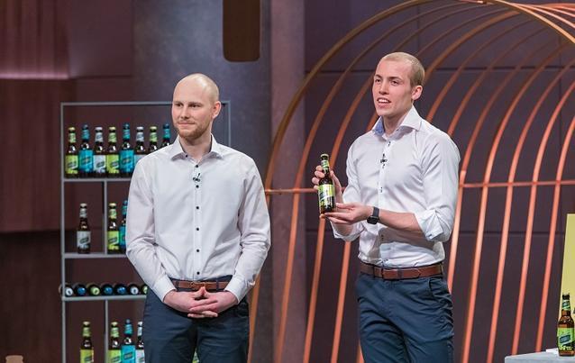 Das Gründer-Duo Erik Dimter und Tristan Brümmer serviert den Investoren das Proteinbier Joybräu.