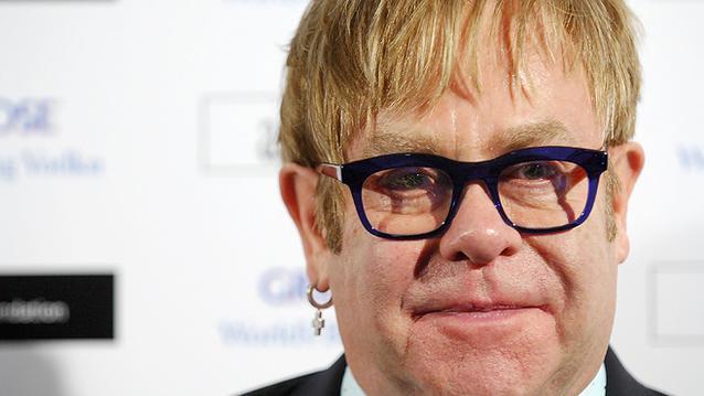 Elton John hat einen 16 Jahre jüngeren Halbbruder: Geoff Dwight. Und der lebt in sehr ärmlichen Verhältnissen in Nord-Wales. Als 18-Jähriger geriet Dwight auf die schiefe Bahn, wurde wegen eines Raubes zu vier Jahren Haft verurteilt. Den Sprung in ein nor