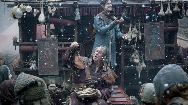 Gemeinsam mit dem Bader (Stellan Skarsg?rd) reist Rob (Tom Payne) durch die englischen Lande und preist allerlei Wundermittel an