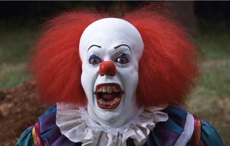 es das erste bild zum neuen horror clown pennywise ist da. Black Bedroom Furniture Sets. Home Design Ideas