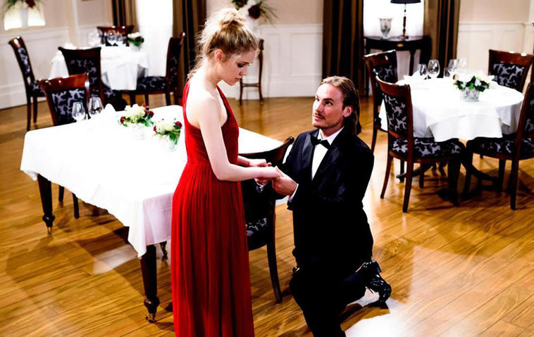 William (Alexander Milz) macht Ella einen Heiratsantrag. Foto: ARD / Christof Arnold