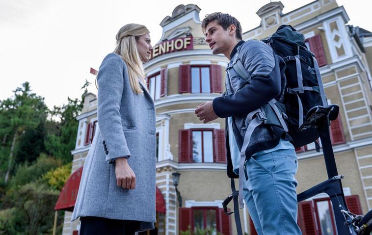 Sturm der Liebe: Paul (Sandro Kirtzel, r.) erklärt seiner Schwester Alicia (Larissa Marolt, l.) entschlossen, dass er Profi-Triathlet werden will.