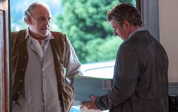 Der Bergdoktor: Ludwig (Christian Kohlund, l.) präsentiert Martin (Hans Sigl, r.) seine Krankenakte und hofft, dass dieser nun endlich Verständnis für ihn zeigt.