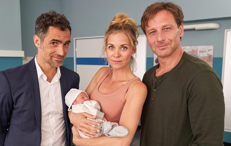 Der Lehrer Karin (Jessica Ginkel) mit Baby Frida, Michael (Gabriel Merz, l.) und Stefan (Hendrik Duryn)