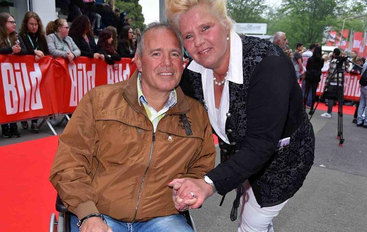 """Harald Elsenbast und Silvia Wollny am 1. Mai 2019 beim """"Bild Renntag"""" - Harald erscheint im Rollstuhl"""