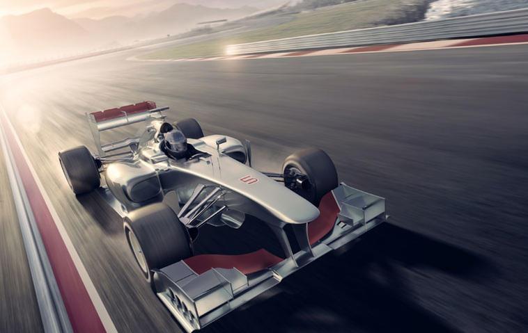 Formel-1-Auto fährt auf einer Rennstrecke