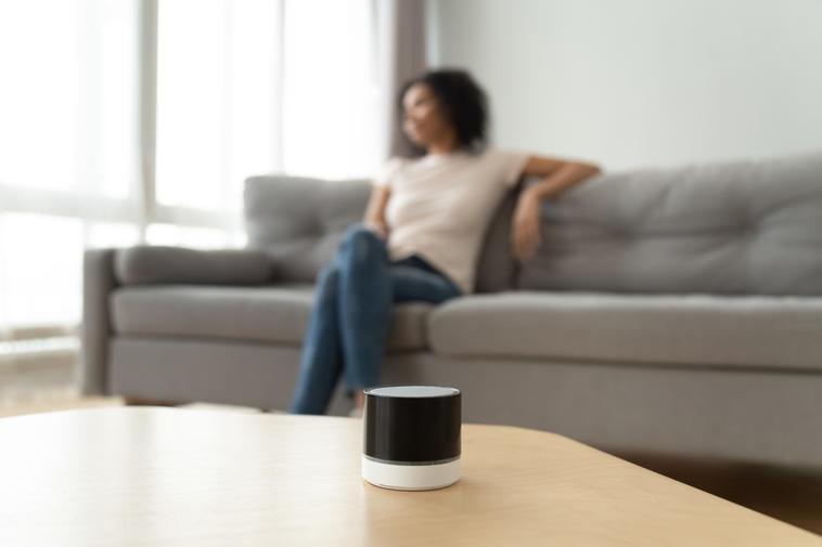 Frau mit Mini-Lautsprecher