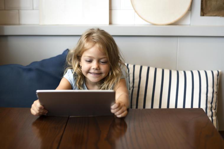 Kleines Mädchen spielt mit Kinder tablet