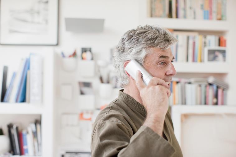 Mann spricht am Telefon im Büro