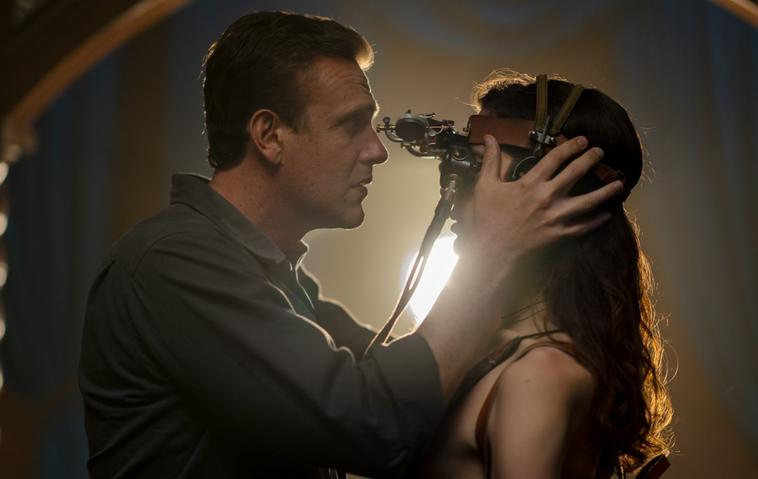 Dispatches from Elsewhere - Jason Segel und Eve Lindley