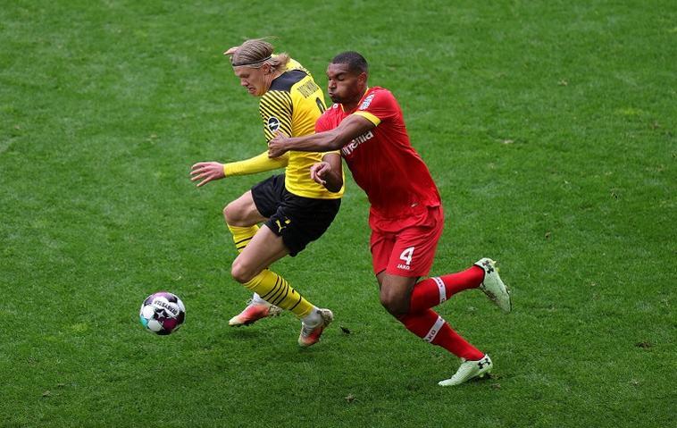 Erling Haaland von Borussia Dortmund und Jonathan Tah.