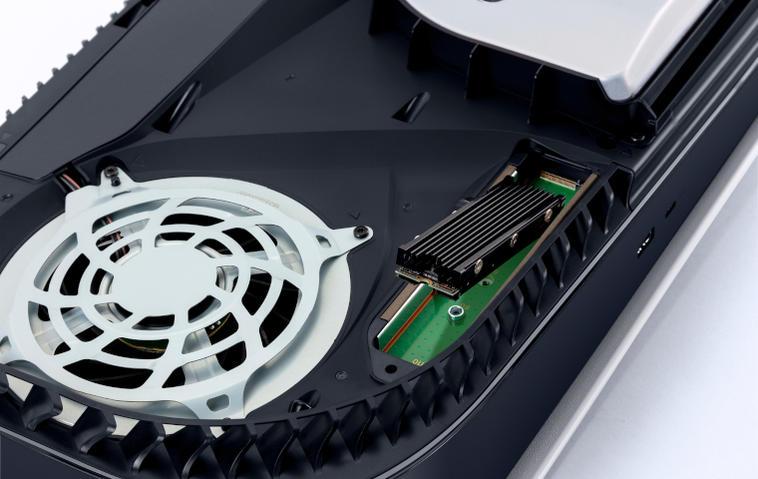 Geöffnete PS5, in die ein SSD-Speicherriegel eingelegt wird.