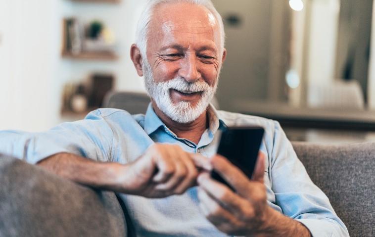 Älterer Mann mit Seniorenhandy