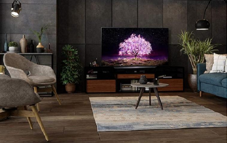 Ein OLED-TV von LG für unter 1.500 Euro steht im Wohnzimmer.