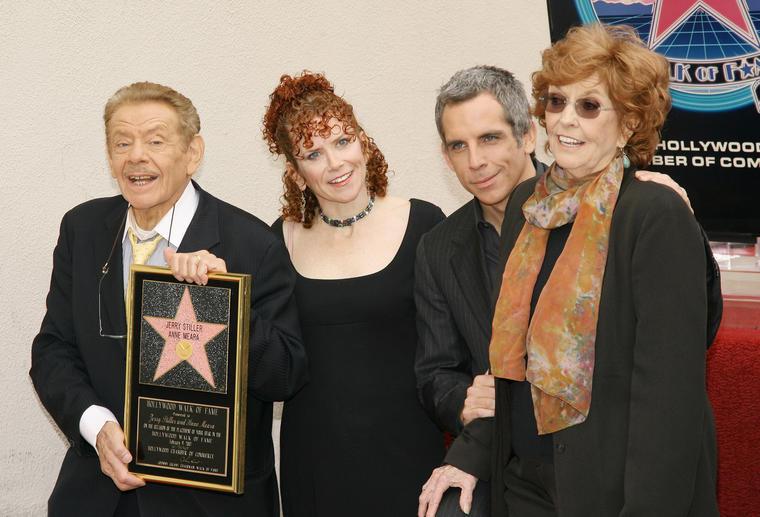 """Gemeinsam mit ihren Kindern, Amy und Ben Stiller, und ihrem Mann Jerry freute sie sich 2007 über einen Stern auf dem """"Walk of Fame""""."""